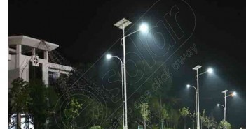 Stâlp de iluminat fotovoltaic cu panouri